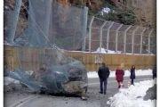 Κατολίσθηση στο Δερβένι- Αποκολλήθηκε μεγάλο κομμάτι βράχου και κατέληξε στο δρόμο παρασύροντας τα προστατευτικά σύρματα (φωτο)
