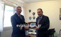 Ο Λιμενάρχης της Κύμης τίμησε τον Υπουργό Ναυτιλίας με το Θυρεό της Λιμενικής Αρχής Κύμης
