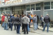 """""""Στα κάγκελα"""" οι υπάλληλοι του Δήμου Κύμης-Αλιβερίου για τα αυτονόητα… Δεν τους δίνουν τα χρήματα χρόνων ούτε για τα γάλατα"""